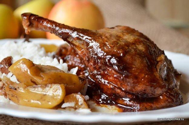 Утка с яблоками и сухофруктами