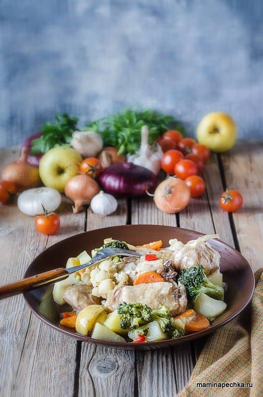 Курица, тушёная с овощами