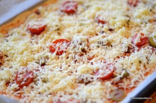 Посыпьте пиццу с сыром