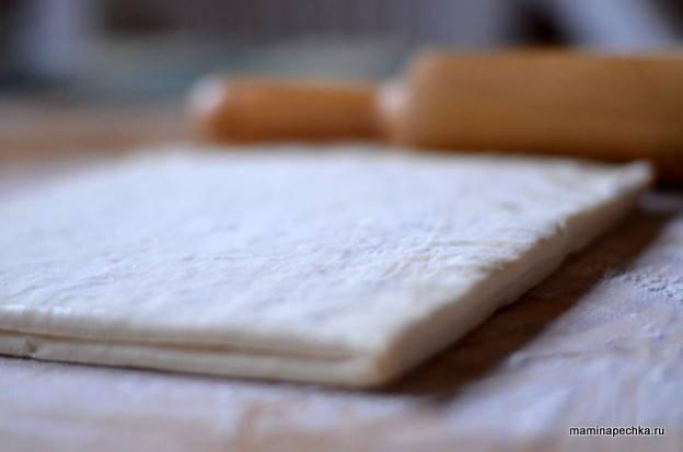 Слоёное тесто в муке